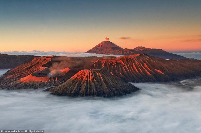 印尼火山爆发 吐出猩红色烟雾(高清)(组图)