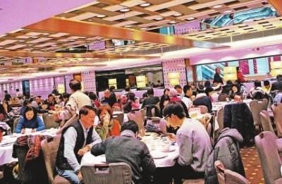 """有饭店业者指母亲节当晚的首轮晚市经已""""爆满""""。香港大公报图"""