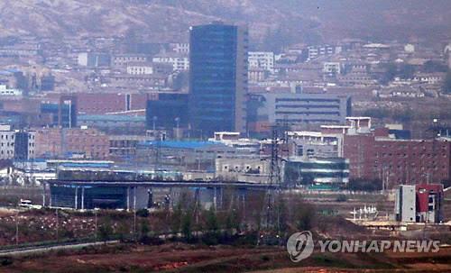 资料图片:图为4月30日在位于京畿道坡州市的都罗山�t望台眺望的开城工业园区。韩联社