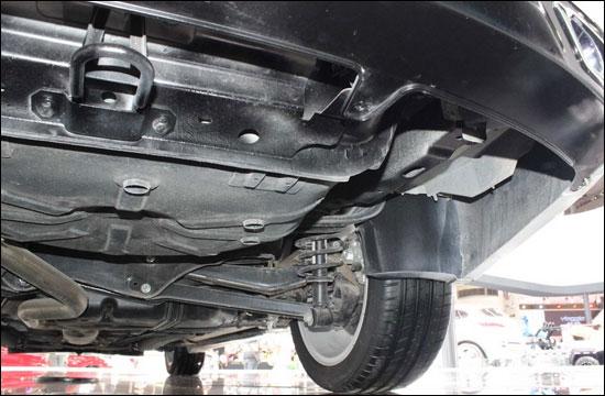 绅宝,作为北汽集团历经三年自主研发的中高端轿车,它的体内流淌着瑞典著名汽车制造商萨博(SAAB)的血液,是北汽收购萨博后的首款基于萨博平台的车型。换上自主身份的它,于2013年5月11日在北京正式上市。   绅宝源自SAAB 高于SAAB   北汽凭借萨博的技术在中高级车型上大显身手,绅宝就是首当其冲的开山之作。萨博9-5的平台经过北汽的调整,可以说更加适合国人,它除了加长轴距外,从内到外都经过了重新设计。外型方面,通过都灵设计中心的努力,绅宝整体外形硬朗时尚,更符合国人的审美。并传承了SAAB航空基