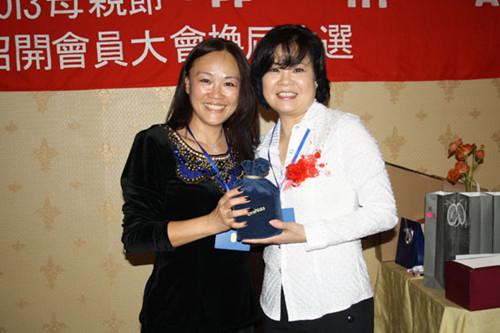 前任会长洪惠恩女士把象征会长权力的会印交到新任会长丁雅瓶手中