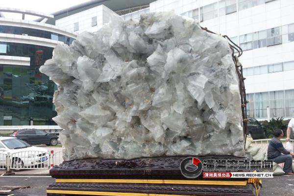 国内采集到地面上最大的天然石膏晶体9日早晨抵长。图/潇湘晨报滚动新闻记者 周悦