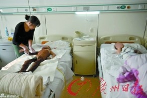 """连云港两名男孩因为模仿动画片《喜羊羊与灰太狼》中""""灰太狼烤羊肉""""的情节而被烧伤。"""