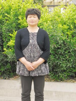 我母亲(现50岁)是农村户口,工作单位工资很低,不超过900,单位不帮买
