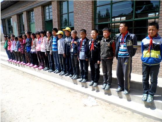 穿上新鞋的各班同学,满脸喜悦,虎虎生威!