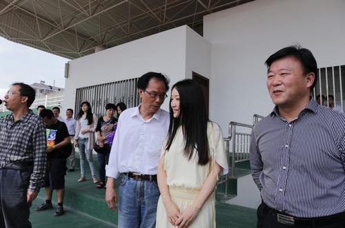 杨钰莹与班主任叙谈旧话