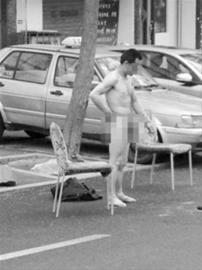 """昨日上午9时许,中山区延安路67号楼前,一男子做出""""雷人""""举动,当着数十人的面,脱光身上的衣物当街""""搓澡""""。几分钟后,男子穿上衣服离开现场。"""