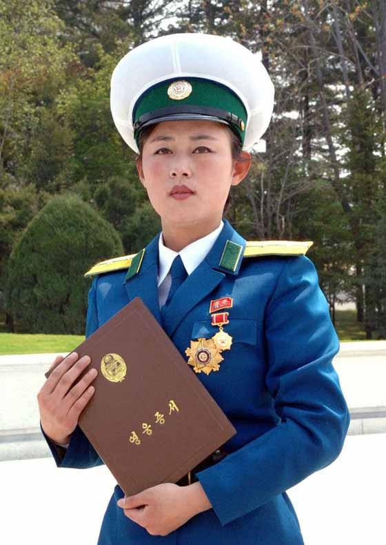 朝鲜女交警拼命保护金正恩安全 获英雄称号嚎
