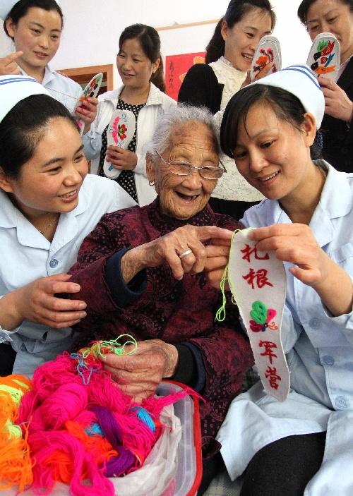 2013年5月10日 百岁红嫂喜迎母亲节 5月10日,沂南县人民医院的护士