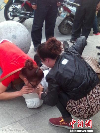 图为5月6日,李丽君在张家口市解放桥为濒危老人进行人工呼吸。 网友提供 摄