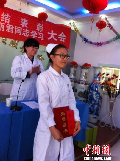 图为5月10日,李丽君被所在的张家口市桥东区工业路社区卫生服务中心评选为2012年度优秀护士。 宋锦丰 摄