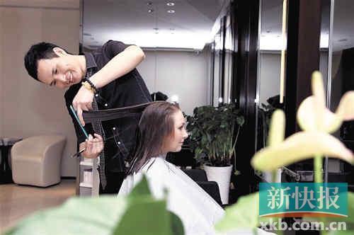 momo的发型师剪发前都会先跟客人沟通,了解他们的需要.图片