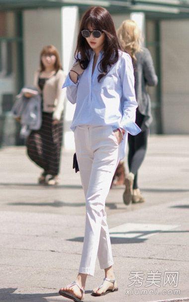 白色长袖上衣搭配印花休闲裤