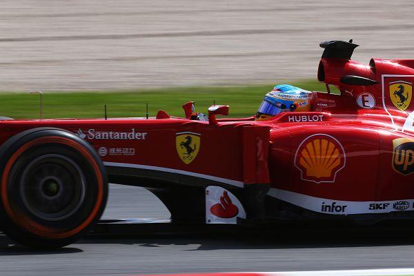 图文:F1西班牙站排位赛赛况 阿隆索在比赛中