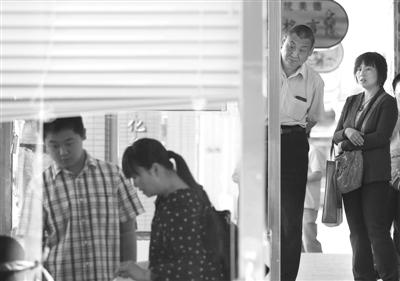 """昨日,广渠门中学,几名家长带着孩子报名""""小升初""""特长生。当天,北京市""""小升初""""特长生报名启动。新京报记者 韩萌 摄"""