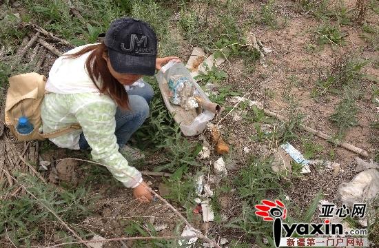 网友在水源地捡拾垃圾