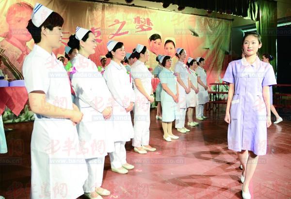 护士/图:护士们托着象征奉献的蜡烛,在步入神圣护理行列的时刻庄严...