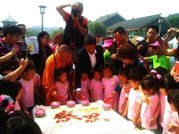 宝宝 罗汉寺/孩子们在吃蛋糕。
