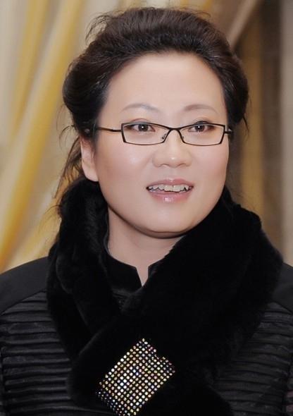 夏华,依文企业集团董事长,中华全国青年联合会委员、中国企业家俱乐部理事、中国服装协会常务理事、北京职业装专业委员会主任。