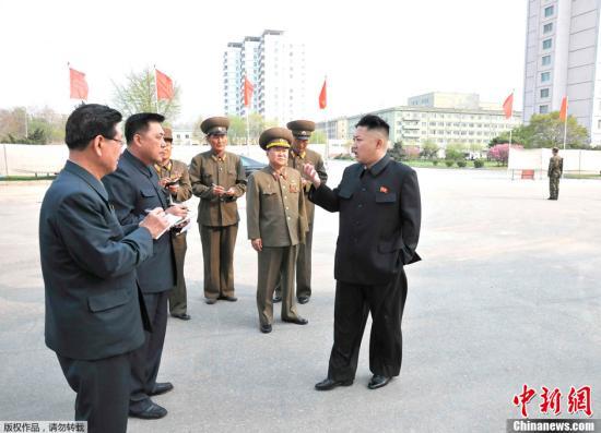 资料图:朝中社2013年5月7日提供的照片显示,朝鲜最高领导人金正恩视察了朝鲜人民军承建的多个工程项目。