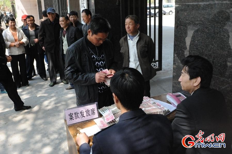 山东莱西:75名农民工拿回64万拖欠工资(组图)图片