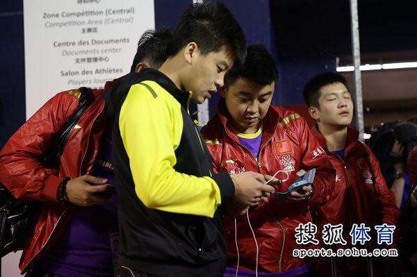 手机:中国乒乓球队赛前v手机郝帅王皓玩图文自行车摄像头图片