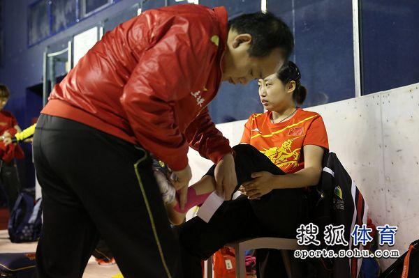 秋千:中国乒乓球队赛前v秋千郭跃脚踝缠胶带图文的正确用法图解