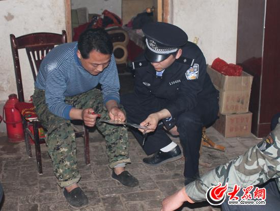 近日民警带领王芳,将电话卡还给店主