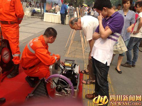 四川省地质灾害紧急救援队向市民展示救援所用的设备