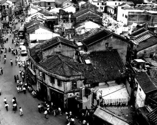 手绘黑白动漫城市街景