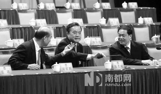昨日上午,惠州市政协十一届二次会议间隙,惠州市委书记陈奕威(中)、代市长麦教猛(右)和政协主席刘耀辉(左)在一起交谈。 南都记者 田飞 摄