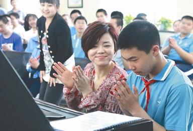 五月音乐节推公益活动 陈萨给自闭症患儿弹琴