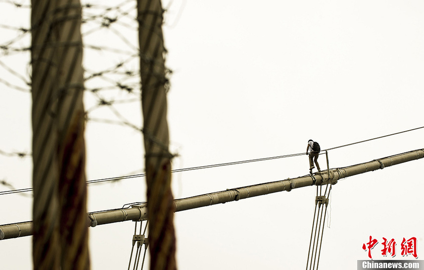 此前,为防止再度发生跳桥行为,有关部门在猎德大桥拉索两端安装了铁丝