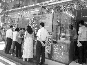 昨天中午,洪武北路红庙一家卤菜店门前,出现了久违的排队现象 现代快报记者 赵守诚 摄