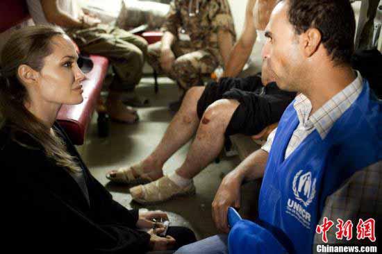 当地时间2012年9月10日,约旦,联合国难民组织亲善大使安吉丽娜-朱莉(Angelina Jolie)现身,并与当地难民们一一握手交谈,甚是亲民。