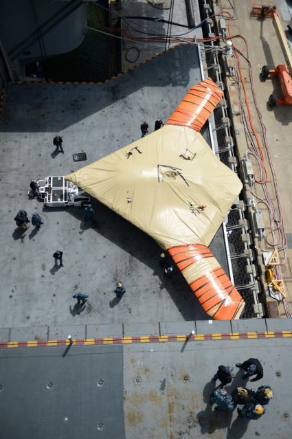 """""""布什""""号航母升降机上的X-47B美国海军图片"""