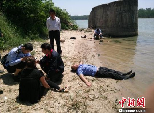 石典来奋力营救跳水者的照片画面中能看到刚刚过去的轮船。 王玉峰 摄