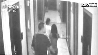 冯某带两女生开房画面。央视截图