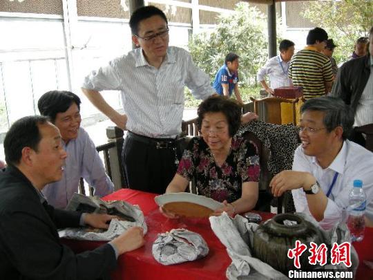 文物鉴定专家沈亚洲在鉴定书画。