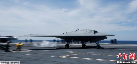 """当地时间2013年5月14日,美国弗吉尼亚州,一架X-47B无人机从""""布什""""号航母上弹射起飞。这是美军首次完成了从航空母舰上弹射起飞无人机。"""
