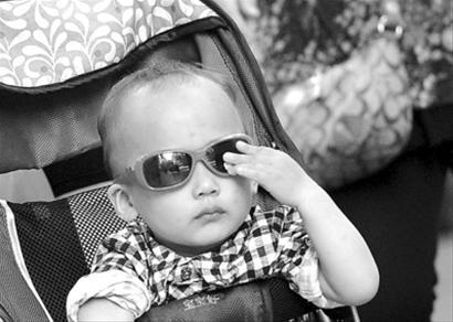 家长给孩子选购太阳眼镜最好到正规医院或眼镜店 晚报王浩然现场图片