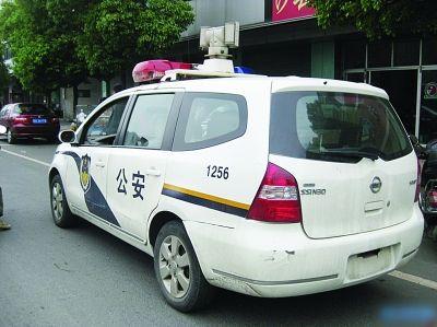 5月7日晚,有网友发帖,称在三院门口看见一辆警车,后面没有牌照