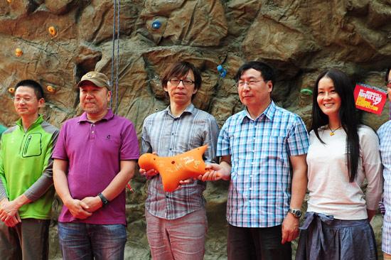 """张朝阳获颁""""中国攀岩运动推广大使""""称号,李致新赠送国家攀岩队队服"""