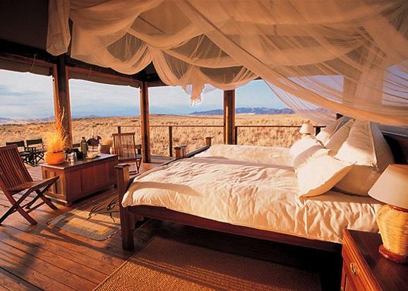 Wolwedans在纳米比亚的西部,NamibRand自然保护区纳米布(Nam沙漠的中心地带)。Wolwedans的房间散落在山谷和沙丘上,它们都以木材及帆布为材料,设计古朴自然,保持了沙漠地带的性格。房间内布置有欧式古典风格的家具、非洲风格的装饰、洁净的床单和窗帘、完善的浴室设备。让客人完全融入这个沙漠世界里。