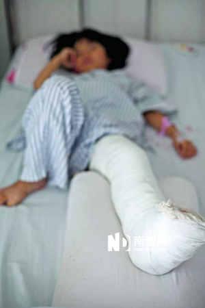 左小腿被撞骨折的7岁女童仍在医院接受医疗。南都记者 黎湛均 实习生 梁莹菲 摄