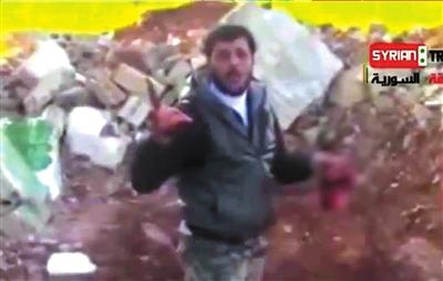 视频 东方/网络视频显示,反政府武装人员站在一具身着政府军军装的尸体边...