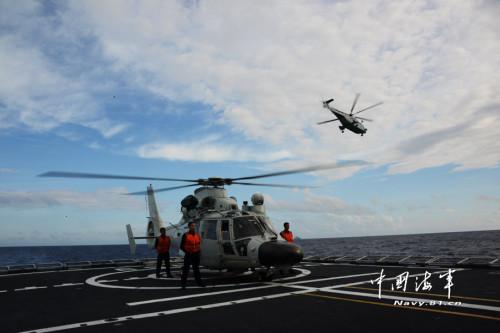 直升机在空中俯瞰,战舰从海面抵近巡视。