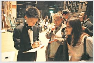 """13岁华人钢琴少年被""""粉丝""""追着要签名。"""