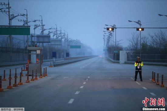 当地时间5月3日,韩朝双方就开城工业区资金问题达成协议,滞留开城的最后7名韩方人员于当地时间当日下午6时50分许安全回到韩国。