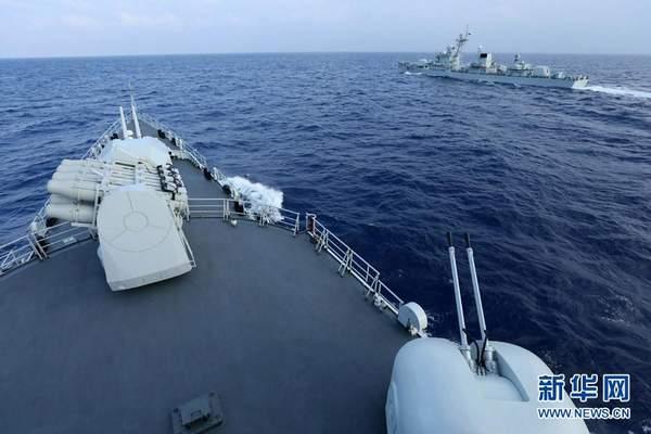 资料图:5月7日,航行在西太平洋海域的东海舰队远海训练编队怀化舰(左)和佛山舰进行协同训练。
